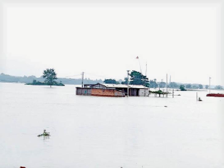 चारों ओर से पानी में घिरा घर। सुरक्षित स्थान पर गए लोग। - Dainik Bhaskar
