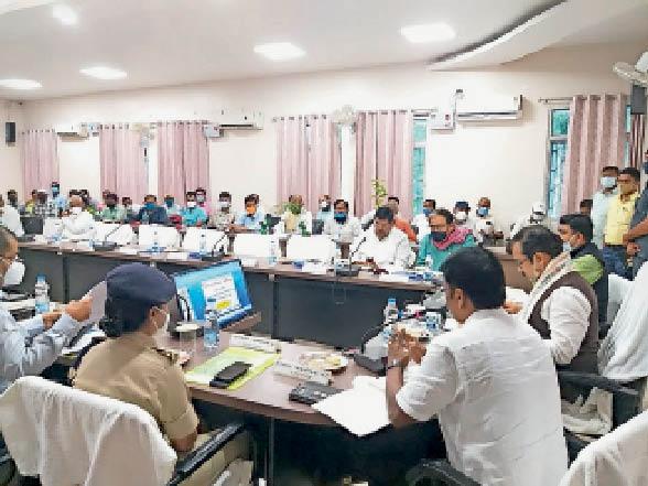 समीक्षा बैठक में शामिल प्रभारी मंत्री एवं अन्य मंत्री सहित सांसद व अधिकारी। - Dainik Bhaskar