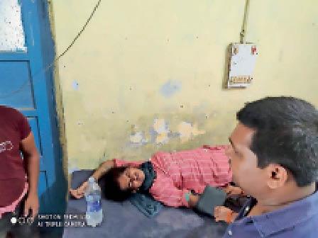 बसंतपुर पीएचसी में इलाजरत महिला। - Dainik Bhaskar