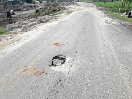 एनएच 106 डायवर्शन के बीच सड़क में बना बड़ा गड्ढा। - Dainik Bhaskar