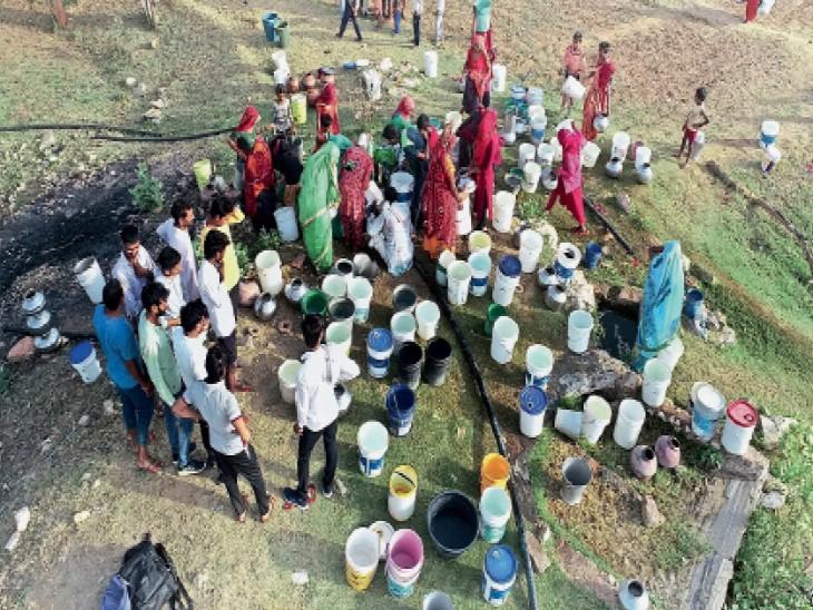 टोडा के सांवलपुरा तंवरान गांव में खेत में बने ट्यूबवैल में पानी के लिए लगी लोगों की भीड़। - Dainik Bhaskar