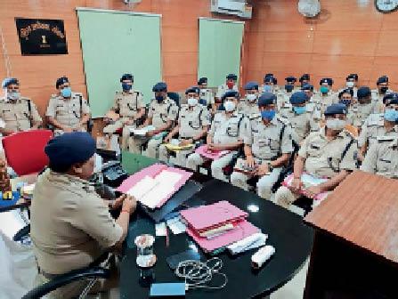 समाहरणालय में आयोजित बैठक में मौजूद अिधकारी। - Dainik Bhaskar