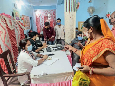 जिला मुख्यालय स्थित पब्लिक लाइब्रेरी में टीका लेते लोग। - Dainik Bhaskar