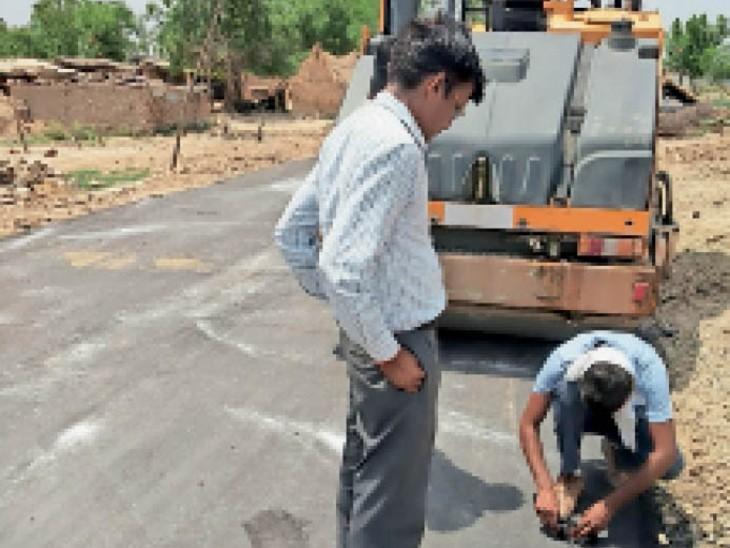 ककनमठ पहुंचमार्ग को डामरीकृत कराया जा रहा है। - Dainik Bhaskar