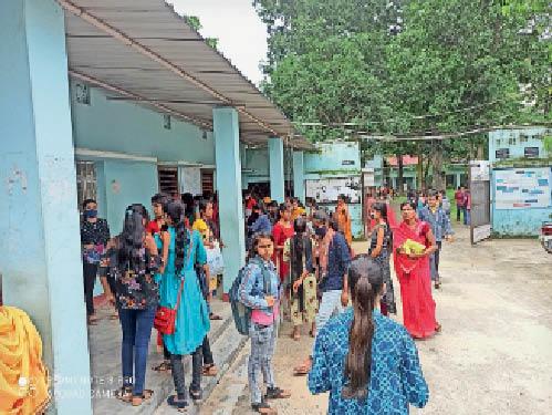 कालेज खुलने पर महिला कॉलेज में गहमागहमी - Dainik Bhaskar