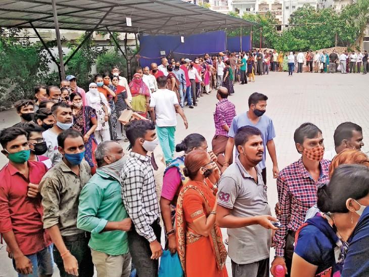 टीका लगवाने के लिए पालनपुर सेंटर पर लोगों की लंबी कतार दिखी। इनमें से कुछ को टीका लग पाया तो कुछ को बिना वैक्सीन ही वापस लौटना पड़ा। फोटो: रितेश पटेल - Dainik Bhaskar