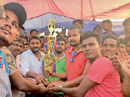 विजेता टीम को ट्रॉफी प्रदान करते अतिथि। - Dainik Bhaskar