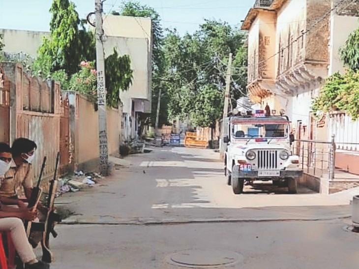 पार्षद अनूप भगेरिया के घर के बाहर तैनात हथियारबंद पुलिसकर्मी। - Dainik Bhaskar
