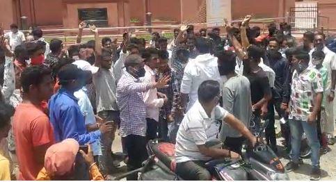 रैली निकालने से पहले नारेबाजी करते बीटीपी कार्यकर्ता।