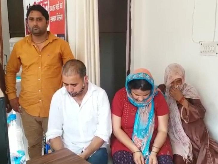 शामली के झिंझाना की एक आशा कार्यकर्ता हरियाणा के ग्राहकों को लेकर आती थी। - Dainik Bhaskar