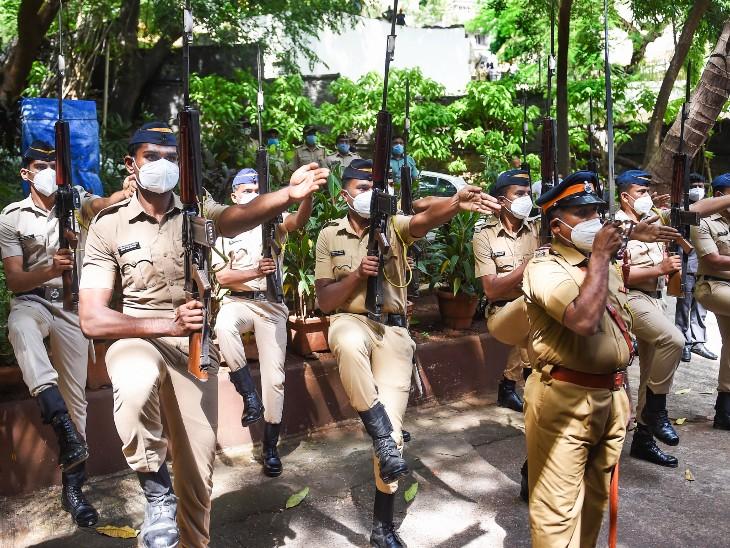 दिलीप कुमार के सुपुर्द-ए-खाक से पहले मुंबई पुलिस के जवानों ने उन्हें गार्ड ऑफ ऑनर दिया।