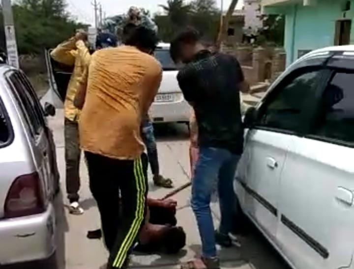 बदमाशों ने कृष्णा को सड़क पर पटक कर ताबड़तोड़ हमले किए।