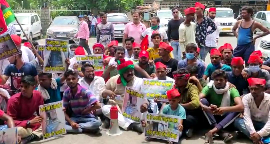 बुधवार सुबह नगर निगम मुख्यालय पहुंचकर समाजवादी पार्टी के बैनर तले नारेबाजी करते हुए विरोध दर्ज कराया। - Dainik Bhaskar