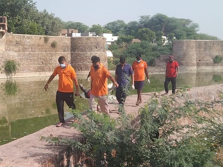 सुजान गंगा नहर से SDRF की टीम ने शव को बाहर निकाला। - Dainik Bhaskar