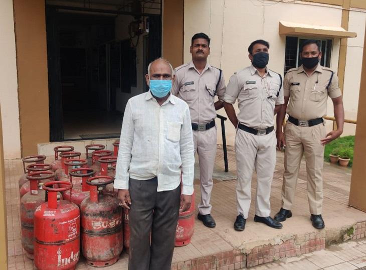 मोती तालाब पारा के मकान में सिटी कोतवाली पुलिस ने दबिश देकर आरोपी को किया गया गिरफ्तार,19 सिलेंडर भी बरामद|जगदलपुर,Jagdalpur - Dainik Bhaskar