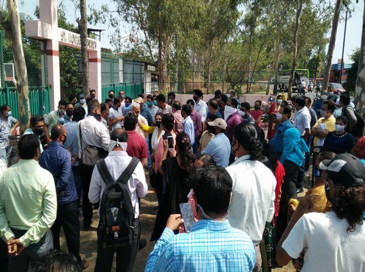 अभिभावकों को भिखारी कहने पर जमकर हंगामा, प्रिंसिपल के खिलाफ कार्रवाई करने की मांग|इंदौर,Indore - Dainik Bhaskar