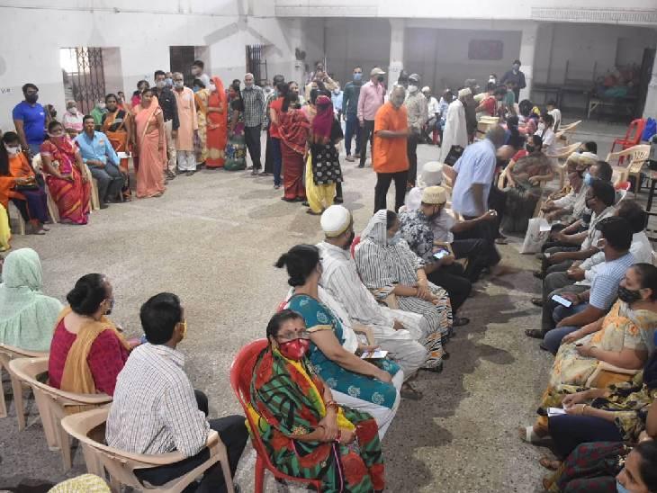 सेंटर्स पर टीका लगवाने पहुंची भीड़, गुस्साए लाेगों ने किया हंगामा, पुलिस से झूमाझटकी के बाद 3 लोग हिरासत में भी लिए|उज्जैन,Ujjain - Dainik Bhaskar