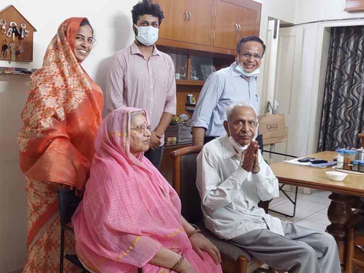 केन्द्र में मंत्री बनाए गए अश्विनी वैष्णव के माता-पिता व भाई-भाभी। - Dainik Bhaskar