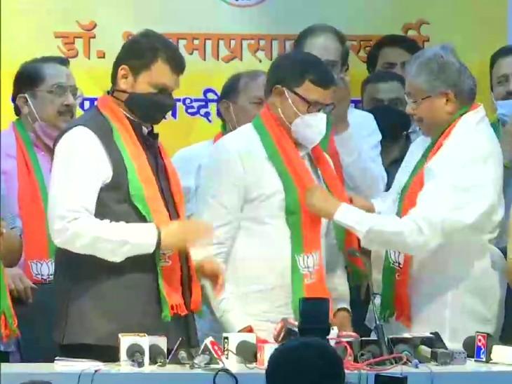 भाजपा प्रदेश अध्यक्ष चंद्रकांत पाटिल और पूर्व CM देवेंद्र फडणवीस की मौजूदगी में कृपाशंकर सिंह भाजपा में शामिल हुए। - Dainik Bhaskar