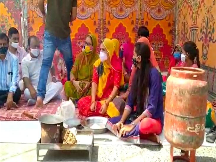 तेल और गैस के दामों में लगातार बढ़ोतरी के विरोध में महिला कांग्रेस ने दिया धरना, बोलीं- अब घर चलाना हुआ मश्किल;धरनास्थल पर पकाया खाना|बाड़मेर,Barmer - Dainik Bhaskar