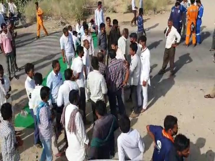 किसानों, युवाओं ने अपनी 11 मांगों को लेकर दो घंटे नागाणा मंगला प्रोसेसिंग मुख्य सड़क को किया जाम, धरना प्रदर्शन चौथे दिन भी जारी|बाड़मेर,Barmer - Dainik Bhaskar