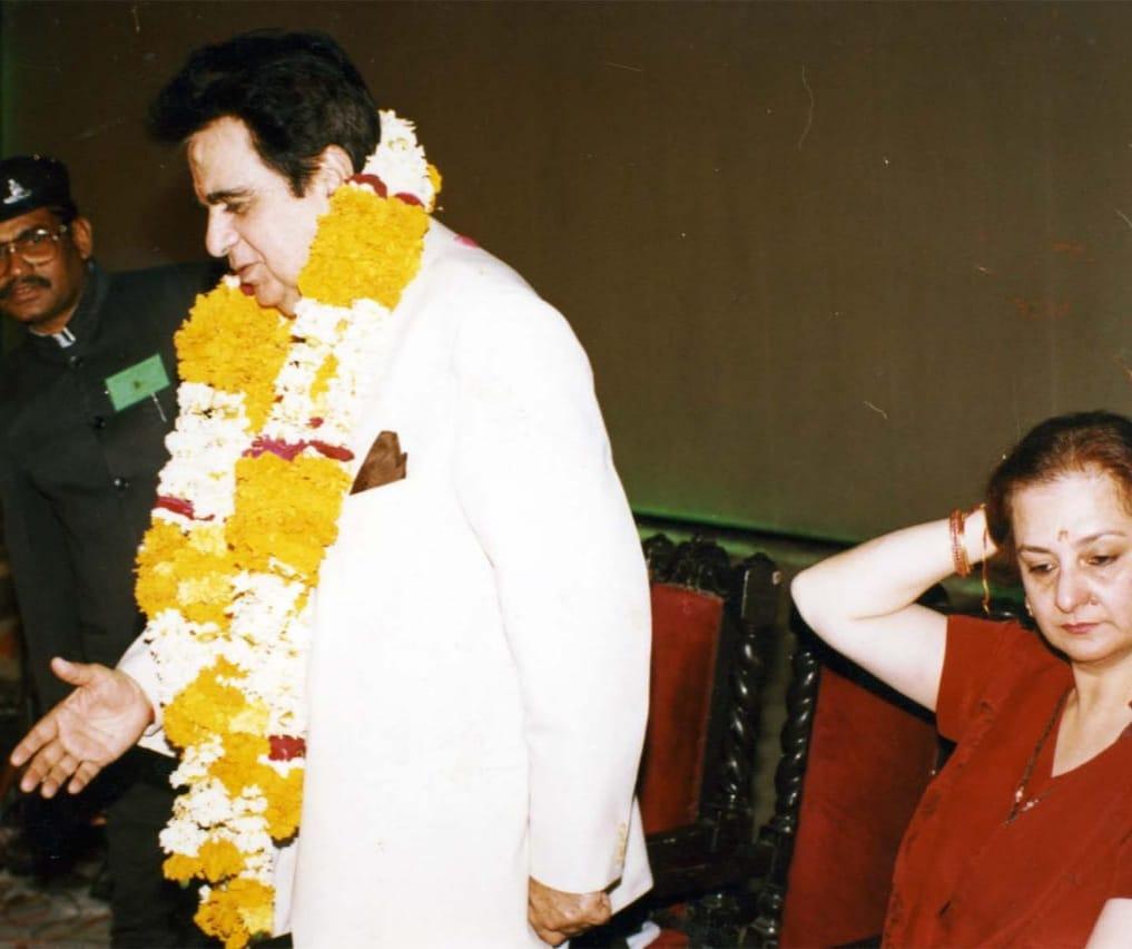 दिलीप कुमार का माला पहनाकर किया गया था स्वागत।