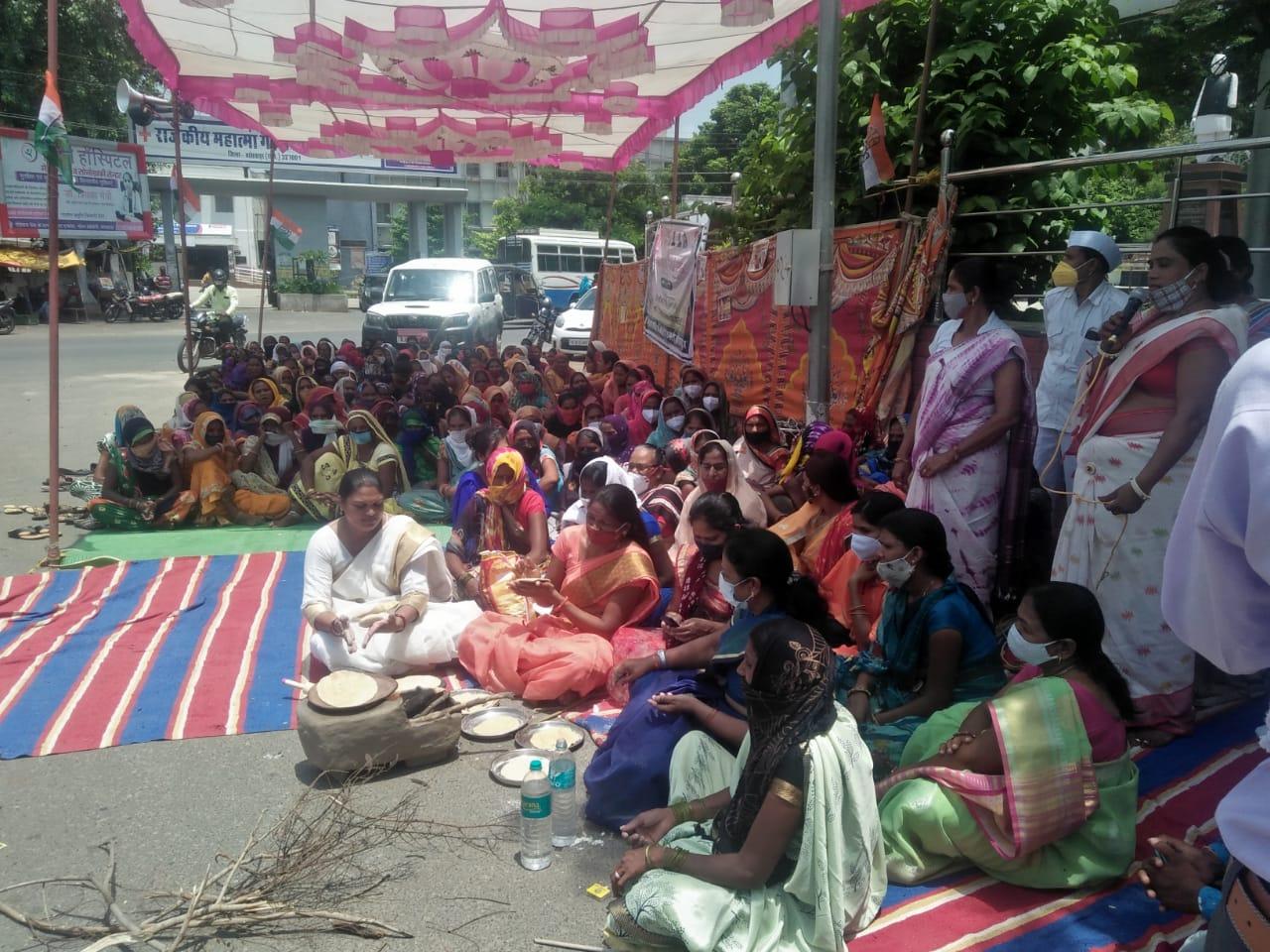महंगाई के खिलाफ महिला कांग्रेस ने किया प्रदर्शन, रोटियां बनाकर पशुओं को खिलाईं, बोलीं- महंगाई से जीना हुआ मुहाल|बांसवाड़ा,Banswara - Dainik Bhaskar