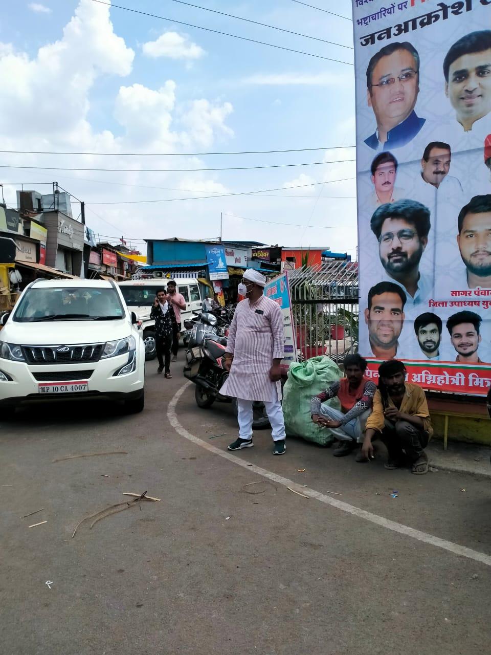 कांग्रेस नेता व विस प्रत्याशी रहे कुंदन मालवीया प्रदर्शन स्थल से दूर रहे।