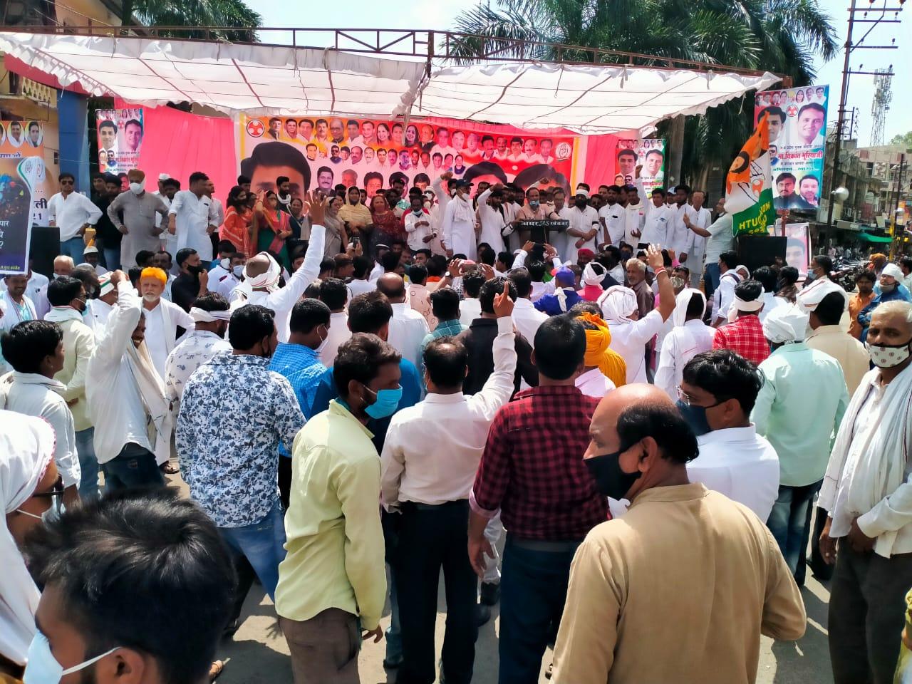 निगम के बाहर बनाए मंच पर मौजूद कांग्रेस नेता। - Dainik Bhaskar