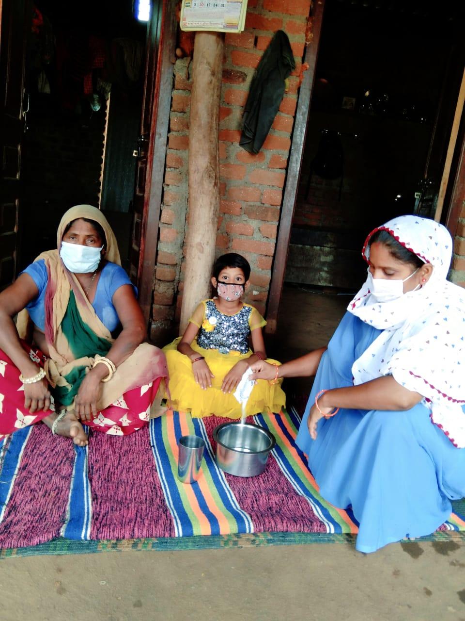 देवदा पीएचसी के भीमपाड़ा गांव के एक घर में परिजनों को ओआरएस बनाने की जानकारी देती आशा सहयोगिनी।
