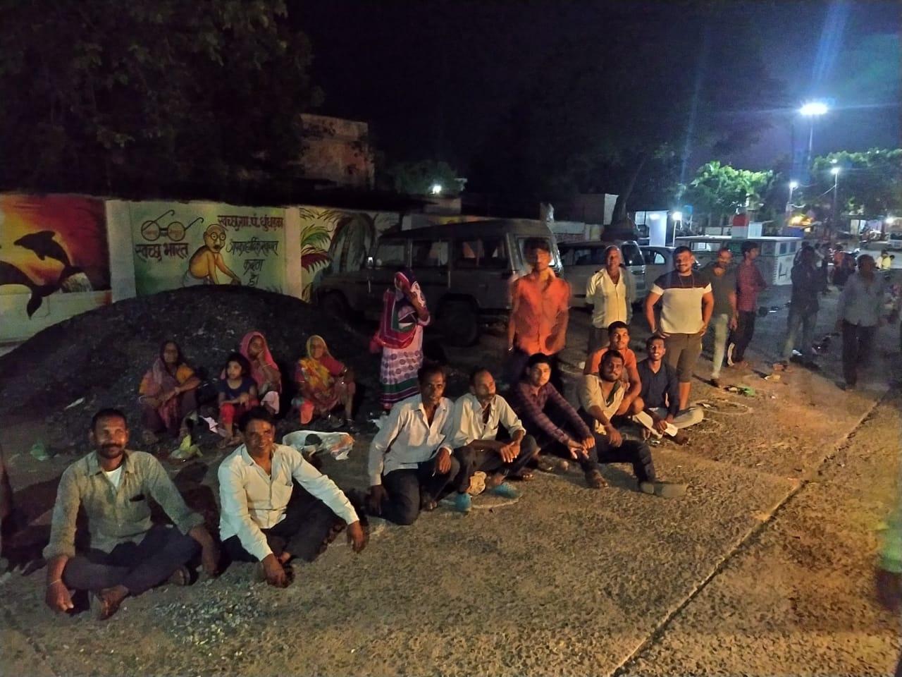 मंदसौर जिले के एक गांव में गुरुवार सुबह वैक्सीनेशन के लिए रात को ही इकट्ठा हो गई भीड़; टोकन लेकर करा ली बुकिंग|मंदसौर,Mandsaur - Dainik Bhaskar