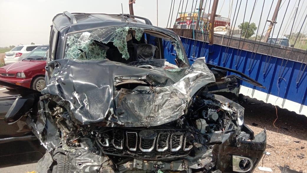 पीलीबंगा के हनुमानगढ़ फोरलेन पर हादसे के बाद क्षतिग्रस्त  जीप और ट्रैक्टर ट्रॉली। - Dainik Bhaskar