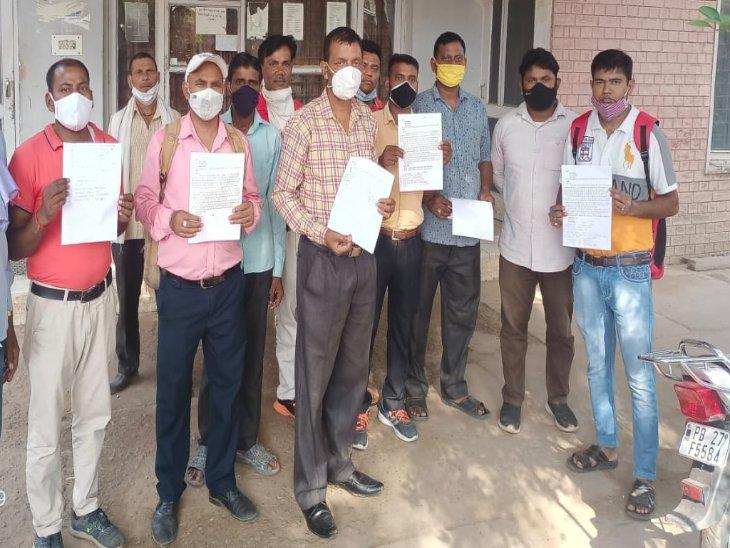 नगर निगम अधिकारियों को शिकायत देने पहुंचे नया गांव के लोग। - Dainik Bhaskar