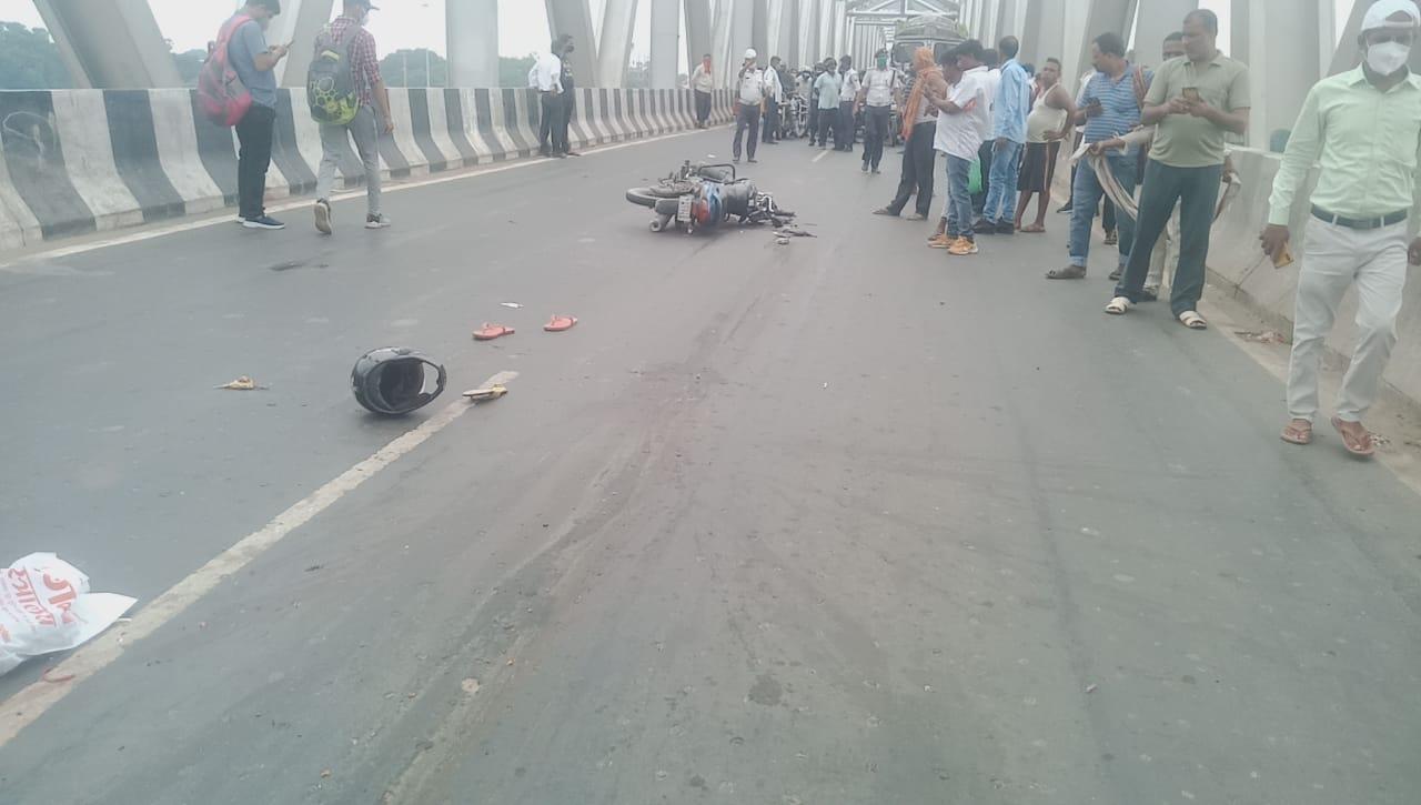 हेलमेट उड़ा, बाइक क्षतिग्रस्त हुआ।