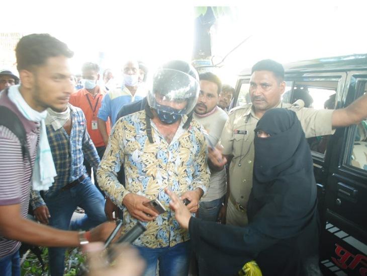 पुलिस चौकी के पास खड़ी बहनों से पर्स छीनकर भागे थे लुटेरे, दोनों ने दौड़ाकर लुटेरों को पकड़ा, पीटने के बाद किया पुलिस के हवाले मुरादाबाद,Moradabad - Dainik Bhaskar