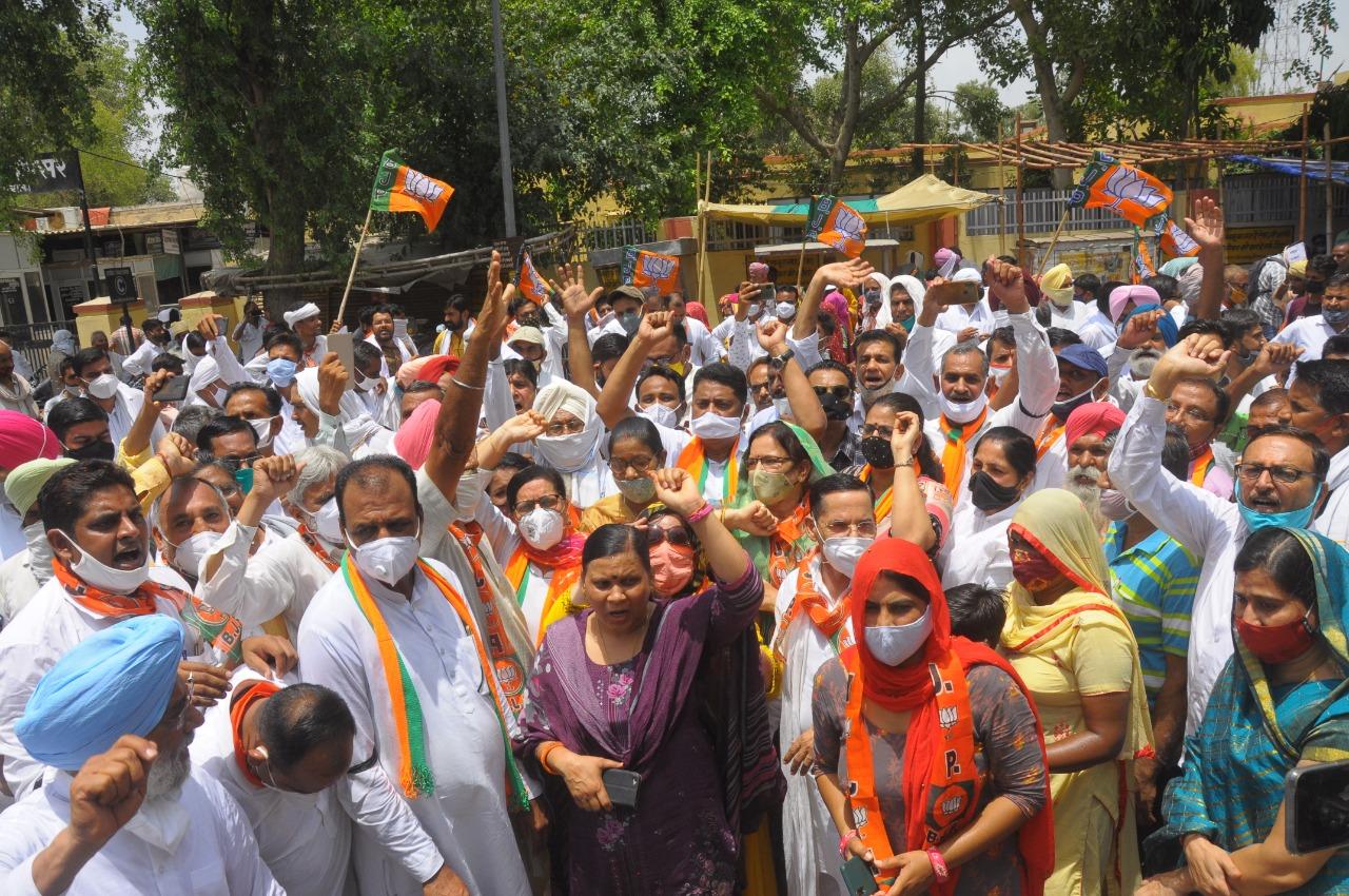 श्रीगंगानगर में कलेक्ट्रेट पर प्रदर्शन करते भाजपा कार्यकर्ता। - Dainik Bhaskar