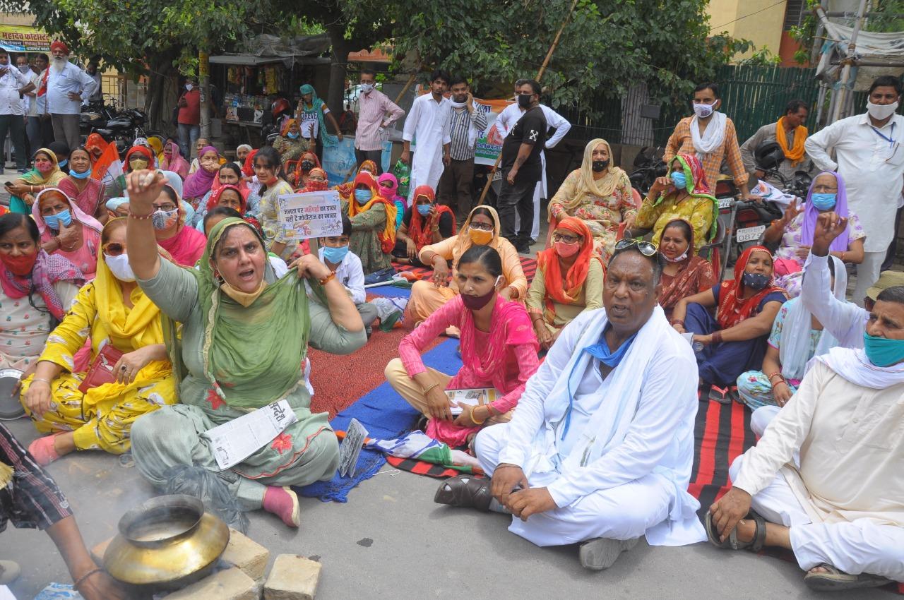 श्रीगंगानगर में कलेक्ट्रेट पर चाय बनाते कांग्रेस कार्यकर्ता।