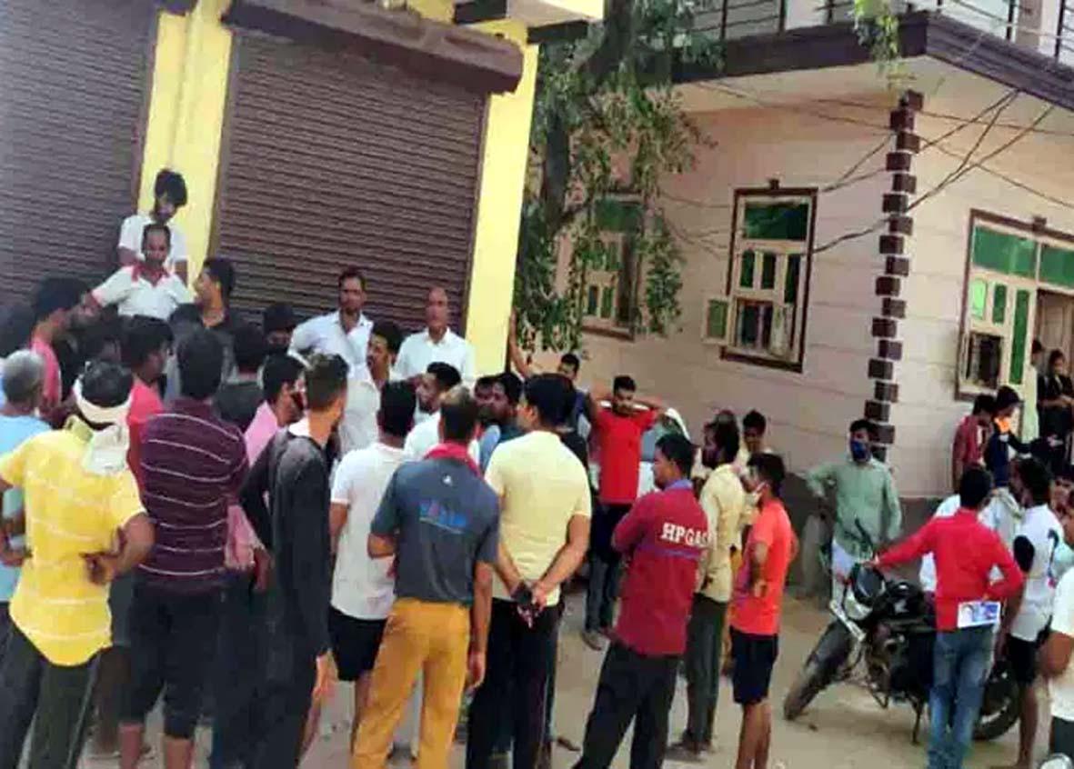पिछले करीब 15 दिन से पड़ रही भीषण गर्मी के बीच परेशान हो रहे लोग। - Dainik Bhaskar
