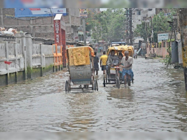 शहर के तिरहुत एकेडमी रोड में लगा वर्षा का पानी। - Dainik Bhaskar