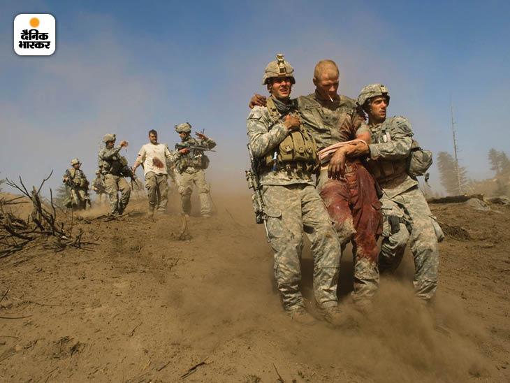 अक्टूबर 2007: पूर्वी अफगानिस्तान में कोरेंगल घाटी में तालिबान के हमले में घायल अमेरिकी सैनिक। घाटी पर तालिबान की मजबूत पकड़ थी। फोटो: लिन्से एडारियो