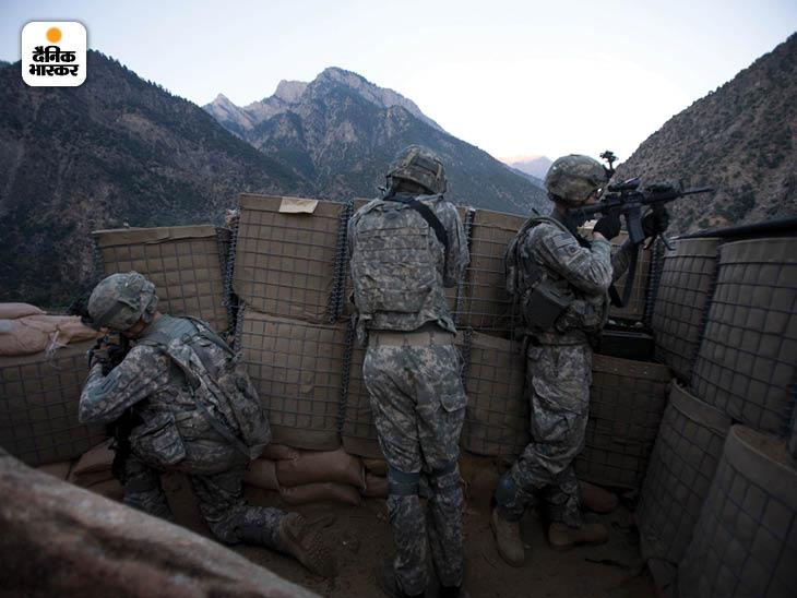 अक्टूबर 2008: अफगानिस्तान के कामू इलाके के पहाड़ों पर लोवेल सैन्य चौकी पर तालिबान के एक बड़े हमले का मुकाबला करते अमेरिकी सैनिक। फोटो: टायलर हिक्स