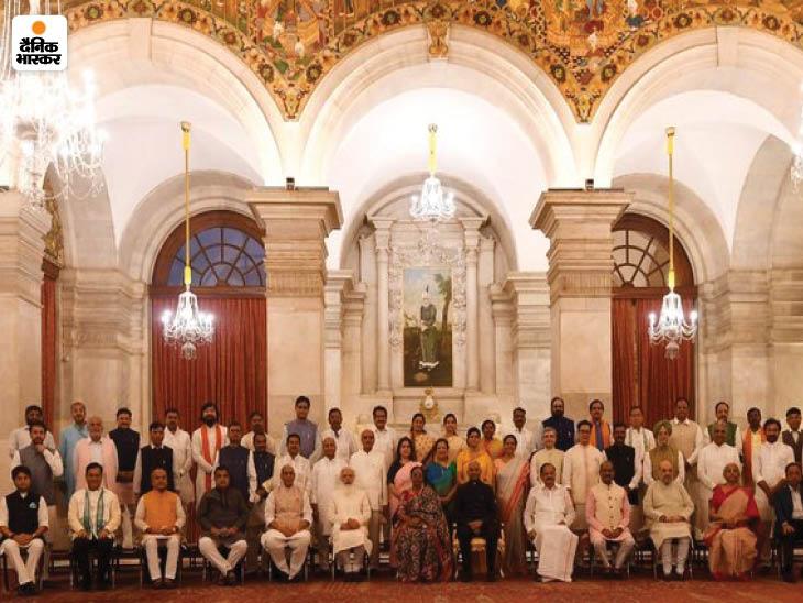 नए मंत्रियों के शपथ ग्रहण के बाद राष्ट्रपति भवन में लिया गया ग्रुप फोटो।