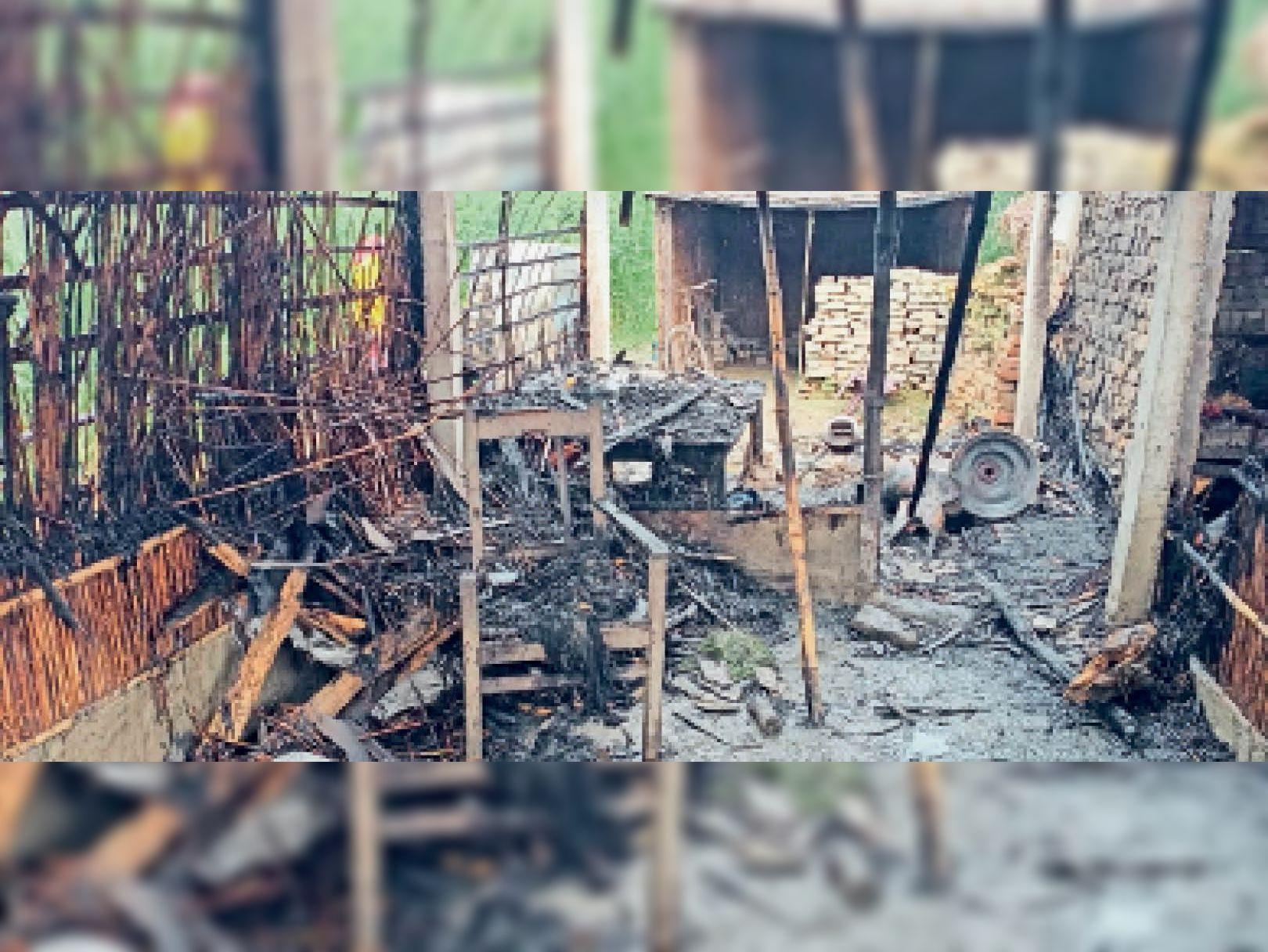 आग से जला घर का सामान - Dainik Bhaskar