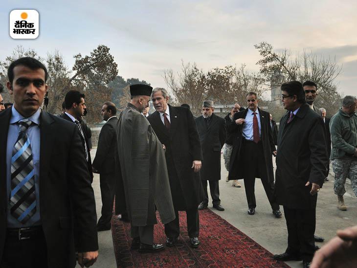 दिसंबर 2008: काबुल यात्रा के दौरान अफगानिस्तान के राष्ट्रपति हामिद करजई के साथ अमेरिकी राष्ट्रपति जॉर्ज बुश। बुश के समय ही यह जंग शुरू हुई थी। फोटो: लिन्से एडारियो