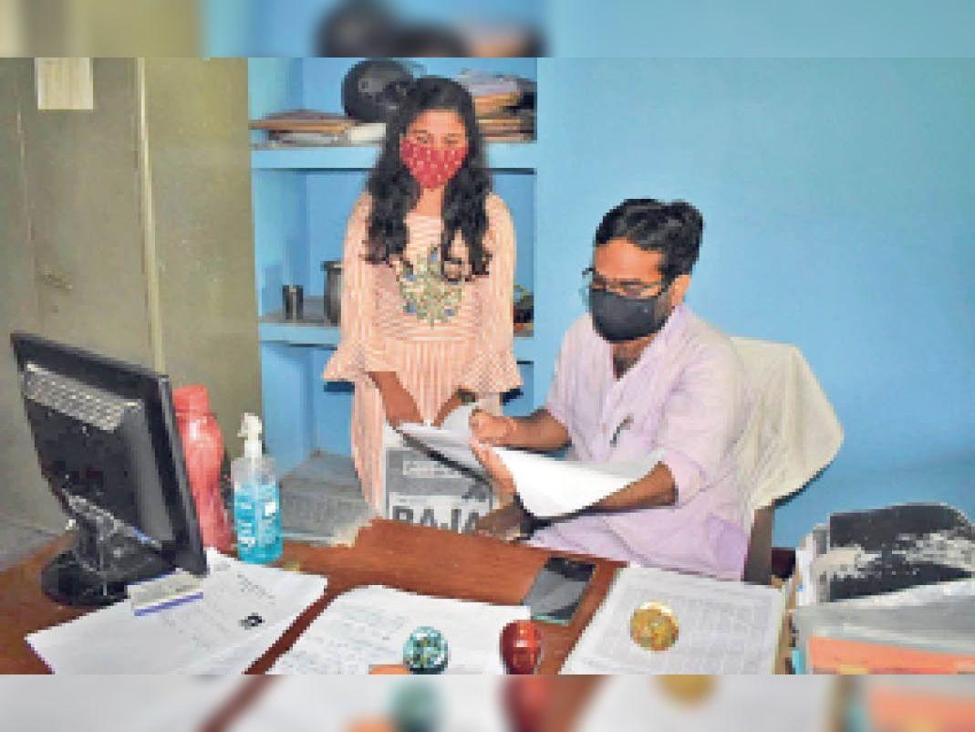 कॉलेज खुलने के बाद आवेदन पत्र चेक कराती छात्रा। - Dainik Bhaskar