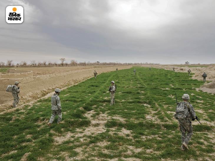 जनवरी 2009: अफगानिस्तान के दक्षिणी प्रांत कंधार के हुताल में खेतों में पैदल गश्त करती अमेरिका की फर्स्ट इन्फैंट्री डिवीजन के सैनिकों की टुकड़ी। फोटो: डैनफंग डेनिस
