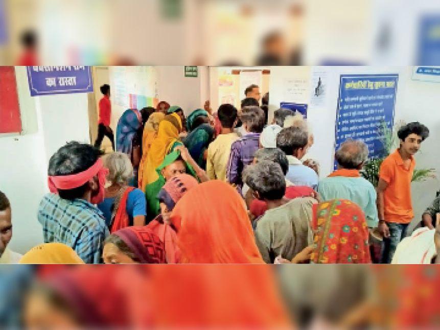 आदर्श ग्राम सिरसौद में वैक्सीन खत्म होने के चलते हंगामा करते ग्रामीण। - Dainik Bhaskar