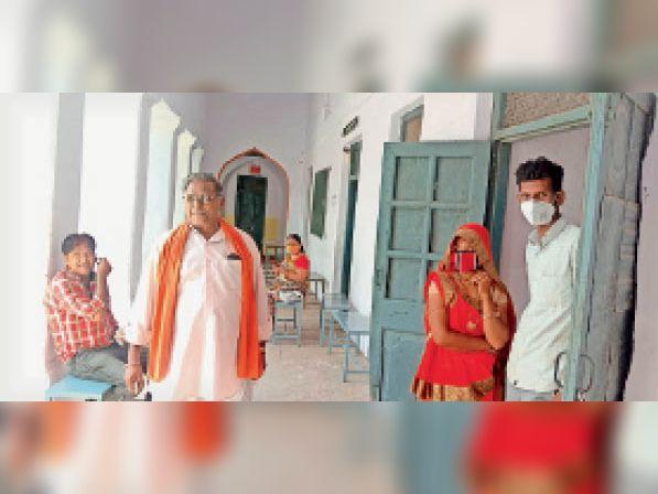 घाेड़ा चाैपाटी केंद्र पर पहुंचे लाेगाें काे बिना टीका लगवाए लाैटना पड़ा। - Dainik Bhaskar