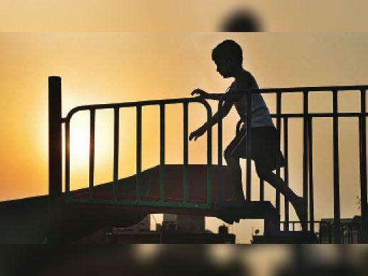 अम्बाला   कैंट के सुभाष पार्क में झूलों पर खेलता बच्चा। - Dainik Bhaskar