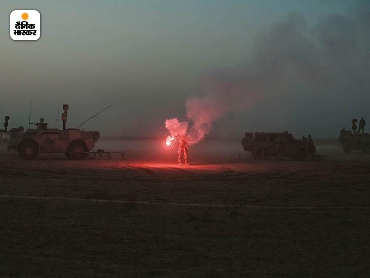 अक्टूबर 2009: अफगानिस्तान के कुंदुज प्रांत के रेगिस्तान के एक अस्थायी शिविर में फ्लेयर दिखाते जर्मन सैनिक। ये सैनिक नाटो की तरफ से यहां पहुंचे थे। फोटो: मोइसेस समन